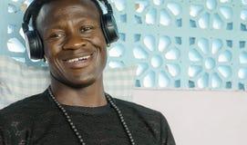 Lebensstilporträt des jungen lächelnden netten Hörens des attraktiven und glücklichen kühlen schwarzen afroen-amerikanisch Mannes stockbilder