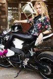 Lebensstilporträt des sexy Mädchens sitzend auf einem Motorrad Lizenzfreie Stockfotografie