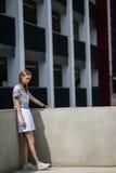 Lebensstilporträt im Freien des recht jungen Mädchens Lizenzfreies Stockfoto
