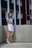 Lebensstilporträt im Freien des recht jungen Mädchens Stockbilder