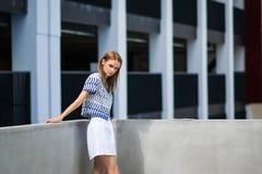 Lebensstilporträt im Freien des recht jungen Mädchens Stockfotos