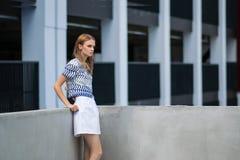 Lebensstilporträt im Freien des recht jungen Mädchens Stockfoto