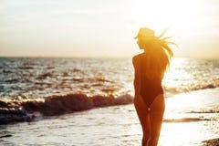 Lebensstilporträt im Freien des schönen Mädchens im schwarzen Badeanzug lizenzfreie stockfotografie
