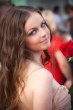 Lebensstilportrait der jungen Frau mit Rot stieg Stockbilder
