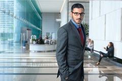 Lebensstilporträt des modernen Exekutivberufsgeschäftsmannrechtsanwaltsrechtsanwalts in der eleganten Art des Geschäftslokales üb Lizenzfreie Stockbilder