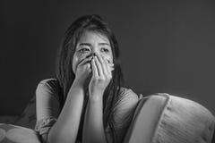 Lebensstilschwarzweiss-Porträt des jungen traurigen und deprimierten asiatischen Chinesinschreiens hoffnungslos und besorgt im Sc stockbild