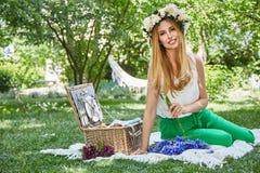 Lebensstilslächeln der schönen sexy blonden Frau glückliches, Feiertag heraus f Stockfoto