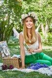 Lebensstilslächeln der schönen sexy blonden Frau glückliches, Feiertag heraus f Lizenzfreie Stockbilder