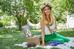 Lebensstilslächeln der schönen sexy blonden Frau glückliches, Feiertag heraus f Stockfotografie