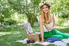 Lebensstilslächeln der schönen sexy blonden Frau glückliches, Feiertag heraus f Lizenzfreies Stockfoto