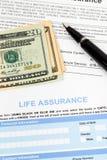 Lebensversicherungsanmeldeformular mit Banknote und Stift Lizenzfreie Stockbilder