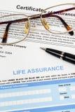 Lebensversicherungsanmeldeformular mit Stift und Gläsern Lizenzfreies Stockbild