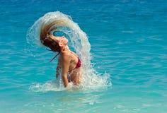 Lebenswichtige Frau, die den Ozean herausspringt lizenzfreies stockbild