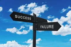 Lebenwahlen Konzept, Erfolg und Ausfall Wegweiser, auf Hintergrund des blauen Himmels lizenzfreies stockfoto