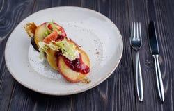 Leber mit Kirschsoße und -äpfeln stockfotografie
