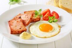 Leberkase Cacerola-frito con el huevo frito para arriba soleado del lado Foto de archivo