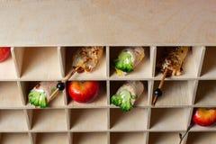 lebesmittelanschaffung Köstliche Nachtische auf schönen hölzernen Regalen stockbild