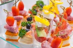 lebesmittelanschaffung Minicanapesfleisch-Fisch-Gemüseimbisse stockfotos