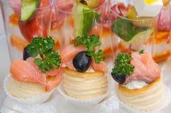 lebesmittelanschaffung Minicanapesfleisch-Fisch-Gemüseimbisse lizenzfreies stockfoto
