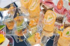 lebesmittelanschaffung Minicanapesfleisch-Fisch-Gemüseimbisse lizenzfreies stockbild