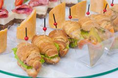 lebesmittelanschaffung Minicanapesfleisch-Fisch-Gemüseimbisse stockbild