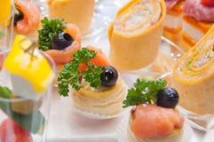 lebesmittelanschaffung Minicanapesfleisch-Fisch-Gemüseimbisse stockbilder