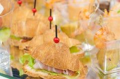 lebesmittelanschaffung Minicanapesfleisch-Fisch-Gemüseimbisse lizenzfreie stockfotos