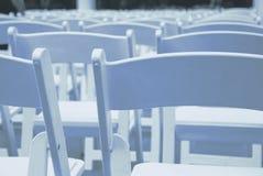 Lebesmittelanschaffung-oder Ereignis-Falte-Stühle in den Reihen Stockfoto