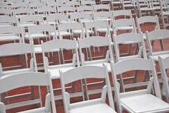 Lebesmittelanschaffung-oder Ereignis-Falte-Stühle in den Reihen Lizenzfreie Stockfotos