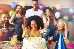 Lebhafte Afrikanerin, die ihren Geburtstag feiert lizenzfreie stockfotografie