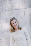 Lebhafte blonde Frau mit einem freundlichen Lächeln Stockbild