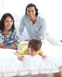 Lebhafte Familie, die Spaß hat Stockfotos