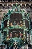 Lebhafte Figürchen von Rathaus-Glockenspiel stockfotos