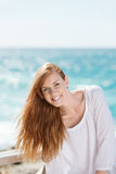 Lebhafte Frau an der Küste Stockfotos