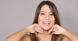 Lebhafte Frau des Spaßes, die mit ihrem langen Haar spielt stock video