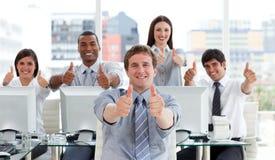 Lebhafte Geschäftsleute mit den Daumen oben Stockbild