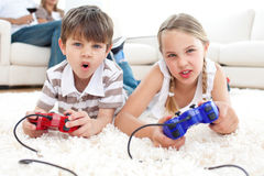 Lebhafte Kinder, die Videospiele spielen Lizenzfreie Stockfotografie