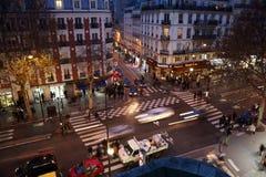 Lebhafte Kreuzungen nähern sich U-Bahnstation Stockfoto