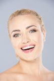 Lebhafte lachende junge blonde Frau stockfoto