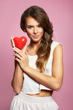 Lebhafte sexy Frau mit einem roten Herzen - Valentinstag-, Hochzeits-, Verpflichtungs- oder Geburtstagspartyfeiern, rosa Amor Stockbilder