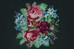 Lebhafter Kreuzstichblumenstrauß von Rosen und von Kornblumen vektor abbildung