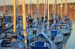 Lebhafter Morgen auf dem Dock stockfotos
