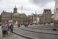 Lebhafter Platz in der Mitte von Amsterdam lizenzfreie stockfotos