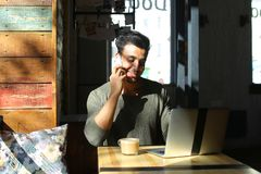 Lebhaftes Gespräch zwischen zwei jungen Leuten im Café Lizenzfreies Stockbild