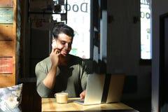 Lebhaftes Gespräch zwischen zwei jungen Leuten im Café Lizenzfreie Stockfotos