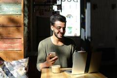 Lebhaftes Gespräch zwischen zwei jungen Leuten im Café Stockbild