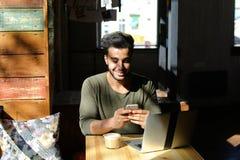 Lebhaftes Gespräch zwischen zwei jungen Leuten im Café Stockfotos