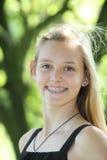 Lebhaftes junges Mädchen mit zahnmedizinischen Klammern Lizenzfreie Stockbilder