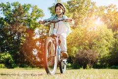 Lebhaftes leidenschaftliches Kind, das neue Wege herausfindet Stockfotos