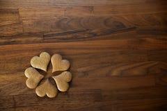 Lebkuchen auf hölzerner Küchenarbeitsplatte Stockfotografie